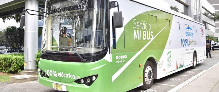 Un autobús eléctrico que utiliza la energía solar comienza a circular en San Isidro