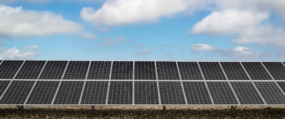 Cuántos kWh produce un panel solar